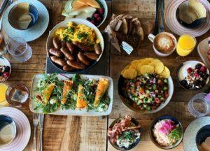 tærke, æg og pølser, lækker brunch hos café Freunde Trekroner